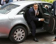 Le Premier ministre grec, Alexis Tsipras, à son arrivée à Bruxelles. Les discussions entre la Grèce et ses créanciers ont été interrompues jeudi sans qu'un accord ait été trouvé et les ministres des Finances de la zone euro se réuniront de nouveau samedi, trois jours seulement avant une échéance clé qui pourrait placer Athènes en défaut. /Photo prise le 25 juin 2015/REUTERS/Darren Staples