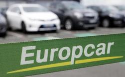 Europcar a fixé à 12,25 euros par action le prix de son introduction en Bourse, a annoncé jeudi la société de location automobile. Sur la base de ce tarif, la capitalisation boursière d'Europcar s'élève à environ 1,75 milliard. /Photo prise le 15 juin 2015/REUTERS/Régis Duvignau