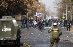Manifestantes entram em confronto com a polícia durante protesto para exigir mudanças no sistema de educação, em Santiago, no Chile, nesta quinta-feira. 25/06/2015 REUTERS/Ricardo Moraes