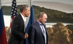 """Президенты России и США Владимир Путин и Барак Обама после разговора в рамках саммита G8 в Северной Ирландии. Президент России Владимир Путин в четверг позвонил президенту США Бараку Обаме, чтобы обсудить ядерные переговоры с Ираном, """"все более опасную ситуацию в Сирии"""" и необходимость противодействия боевикам Исламского государства, сообщил Белый дом. REUTERS/Kevin Lamarque"""