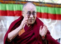 China advirtió el viernes a los organizadores del Festival de Glastonbury que invitar al exiliado líder espiritual tibetano Dalai Lama a uno de los mayores festivales de música de Europa era equiparable a darle una plataforma para participar en actividades contra China. En la foto, el Dalai Lama en una escuela en Katoomba, al oeste de Sidney durante su visita a Australia el 8 de junio de 2015.  REUTERS/Jason Reed