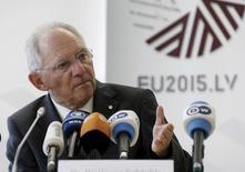 El ministro de Finanzas alemán, Wolfgang Schauble durante una conferencia de prensa tras una reunión en Riga, el 25 de abril de 2015. Existe una probabilidad de 50 por ciento de alcanzar un acuerdo con Grecia sobre las reformas que debe hacer a cambio de nueva ayuda financiera, dijo el viernes el ministro alemán de Finanzas. REUTERS/Ints Kalnins