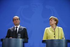 Chanceler alemã, Angela Merkel, e  presidente francês, François Hollande, durante encontro em Berlim.   01/06/2015    REUTERS/Hannibal Hanschke