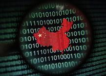 Un mapa de China, visto a través de una lupa, en la pantalla de un computador que muestra digitos binarios, en Singapur, ilustración fotográfica, tomada el 2 de enero de 2014. El jefe de Inteligencia de Estados Unidos, James Clapper, dijo el jueves que China es el principal sospechoso en el ciberataque masivo contra una agencia gubernamental estadounidense que comprometió los datos personales de millones de ciudadanos. REUTERS/Edgar Su/Files