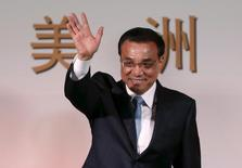 El primer ministro de China, Li Keqiang, saluda antes de participar en un evento en Bogotá, 22 de mayo de 2015. El primer ministro de China, Li Keqiang, dijo el lunes que el país continuará siendo un responsable inversor en deuda en euros a largo plazo y que espera que la crisis de financiamiento de Grecia se resuelva de manera apropiada, reportó una radio estatal. REUTERS/John Vizacino