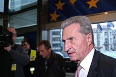 Guenther Oettinger habla con los medios durante una reunión en la sede de la Comisión Europea, en Bruselas, 29 de octubre de 2014. Grecia aún tiene la oportunidad de aceptar una oferta para permanecer en la zona euro, pero no habrá ninguna renegociación y si Atenas no acepta la oferta no será el fin del mundo, dijo el comisario alemán de la Unión Europea al diario alemán Handelsblatt. REUTERS/Francois Lenoir
