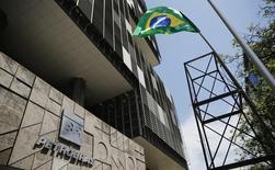 La sede de Petrobras, en el centro de Río de Janeiro, 4 marzo de 2015. La petrolera estatal brasileña Petrobras dijo que planea gastar 130.300 millones de dólares en el período 2015-2019, un 41 por ciento menos que lo previsto para su plan quinquenal de 2014-2018, mientras sigue recortando sus gastos castigada por un fuerte endeudamiento y un escándalo de corrupción. REUTERS/Sergio Moraes