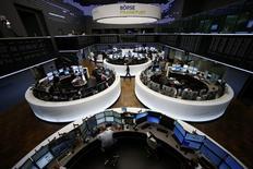 Les principales Bourses européennes ont ouvert en baisse mardi, poursuivant leur recul après leur chute de la veille alors que s'approche ce qui apparaît désormais comme un inéluctable défaut de paiement de la Grèce vis-à-vis du Fonds monétaire international (FMI), ce qui serait une première pour un pays développé. À Paris, l'indice CAC 40 perd 1,1% à 4.816,34 points vers 07h40 GMT. À Francfort, le Dax cède 1,11% et à Londres, le FTSE 0,86%. L'indice EuroStoxx 50 de la zone euro abandonne 0,93 % et le FTSEurofirst 300 1,04%. /Photo prise le 29 juin 2015/REUTERS/Ralph Orlowski