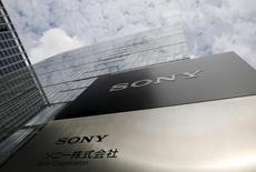 Sony a annoncé mardi son intention de lever 440 milliards de yens (3,2 milliards d'euros) via l'émission à la fois d'actions nouvelles et d'obligations convertibles, le géant japonais précisant que le produit de cette opération allait être investi dans le segment des capteurs d'image. /Photo prise le 30 avril 2015/REUTERS/Toru Hanai