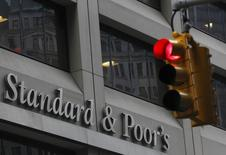 """El edificio de Standard & Poor's detrás de un semáforo, en el distrito financiero de Nueva York, 5 de febrero de 2013. La agencia Standard & Poor's redujo la calificación de Puerto Rico a """"CCC-"""" desde """"CCC+"""" con perspectiva negativa, diciendo que un impago, un canje desfavorable o una amortización de la deuda del estado libre asociado podrían ocurrir en los próximos seis meses. REUTERS/Brendan McDermid"""
