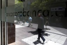 Personas caminando junto a una oficina de CorpBanca, en el centro de Santiago, 29 de enero de 2014. La utilidad del sistema bancario chileno anotó una caída interanual del 15,61 por ciento en los primeros cinco meses de este año, debido a una disminución en los ingresos y un menor margen de intereses, en medio de un débil desempeño de la actividad económica. REUTERS/Ivan Alvarado