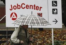 Un hombre camina frente a una oficina de trabajo en Berlín, 30 de octubre de 2008. El desempleo alemán cayó en junio por noveno mes consecutivo, lo que mantuvo el índice de desempleo en un mínimo histórico del 6,4 por ciento y reforzó las expectativas de que el gasto del consumidor continuará impulsando el crecimiento en la mayor economía europea este año. REUTERS/Fabrizio Bensch