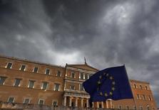 Manifestantes a favor del euro sostienen una bandera de la Unión Europea en un mitin frente al Parlamento en Atenas, jun 30 2015. Grecia le ha pedido al Fondo Monetario Internacional más tiempo para cumplir con el pago de 1.600 millones de euros que vence el martes, dijo el viceprimer ministro Yannis Dragasakis a la televisión estatal.     REUTERS/Yannis Behrakis