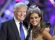 Foto de archivo de Donald Trump, copropietario de la Organización Miss Universo, posando con Erin Brady en una conferencia de prensa luego de que la joven ganó el Miss EEUU 2013 en Las Vegas, 16 de junio de 2013. REUTERS/Steve Marcus/files