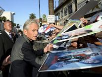 """Michael Douglas dá autógrafos em evento do filme """"Homem-Formiga"""" em Hollywood. 29/6/2015.  REUTERS/Kevork Djansezian"""