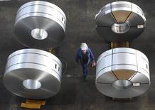 Le secteur manufacturier allemand a vu sa croissance s'accélérer en juin, à la faveur d'une hausse à la fois de nouvelles commandes et de la production. L'indice PMI manufacturier définitif a ainsi été confirmé à 51,9 le mois dernier, contre 51,1 en mai. /Photo prise le 17 mars 2015/REUTERS/Fabian Bimmer