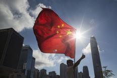 Homem segurando bandeira chinesa, na China.  17/06/2015   REUTERS/Tyrone Siu