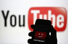 Fotografia ilustrativa do logo de erro do YouTube e o logo da marca.    18/06/2014  REUTERS/Dado Ruvic