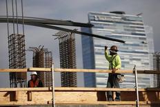 Hombres trabajando en la construcción de un complejo de apartamentos de lujo, en el centro de Los Angeles, California, 17 de marzo de 2015. El gasto en construcción de Estados Unidos subió en mayo a su nivel más alto en algo más de seis años y medio, en una nueva señal de que la economía recupera impulso. REUTERS/Lucy Nicholson