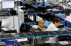 La croissance du secteur manufacturier aux Etats-Unis a perdu en vigueur en juin, progressant à son rythme le plus faible depuis octobre 2013, selon l'enquête mensuelle auprès des directeurs d'achat publiée mercredi par l'institut Markit. /Photo d'archives/REUTERS/Mike Stone
