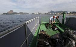 """Funcionário trabalha em """"ecobarco"""" na Baía de Guanabara, no Rio.  1/7/2015.  REUTERS/Sergio Moraes"""