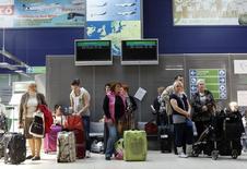 Российские туристы в аэропорту Шармеллек в Венгрии 21 апреля 2013 года. Россияне за первые пять месяцев 2015 года сократили количество покупок, сделанным по кредитным картам за рубежом, на рекордные 27 процентов, говорится в ежегодном исследовании Ситибанка. REUTERS/Bernadett Szabo