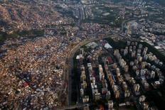 """Imagen de archivo de la ciudad de Caracas, mayo 31, 2012. La agencia Fitch anunció el jueves su decisión de mantener la calificación crediticia de Venezuela en """"CCC"""". REUTERS/Carlos Garcia Rawlins"""