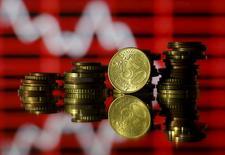 Monedas de euro frente a una gráfica de mercado, en esta ilustración fotográfica, tomada en Zenica, Bosnia y Herzegovina, 30 de junio de 2015. El ritmo y el momento en que la Reserva Federal de Estados Unidos eleve las tasas de interés seguirán siendo el principal determinante de la cotización del euro el próximo año, no lo que suceda con Grecia, mostró un sondeo de Reuters entre estrategas cambiarios. REUTERS/Dado Ruvic