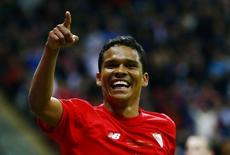 Bacca comemora gol marcado pelo Sevilla. 27/05/2015 REUTERS/Kai Pfaffenbach