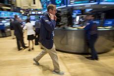 Operadores trabajando en la Bolsa de Nueva York, Estados Unidos, 2 de julio de 2015. Las acciones pasaron a terreno negativo el jueves en la bolsa de Nueva York después de que el Fondo Monetario Internacional advirtió que Grecia podría necesitar una amortización mayor de deuda, y un flojo dato de empleo en Estados Unidos nublaba el panorama económico. REUTERS/Brendan McDermid