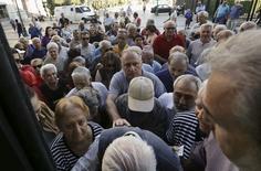 Aposentados aguardam em fila de banco em Atenas 2/7/2015 REUTERS/Yannis Behrakis