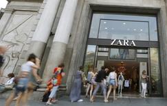 Varias personas acuden a una tienda Zara en el Paseo de Gracia en Barcelona el 10 de junio de 2015. El sector de servicios de España, que representa cerca de la mitad de la producción económica del país, siguió expandiéndose en junio y el empleo creció al ritmo más rápido en casi ocho años, según un sondeo publicado el viernes. REUTERS/Albert Gea