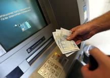 Homem saca 60 euros em caixa eletrônico de Piraeus, nos arredores de Atenas. 30/06/2015 REUTERS/Yannis Behrakis