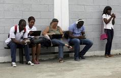 """Personas usando internet vía señal wifi en el estudio del artista cubano Alexis Leyva """"Kcho"""" en La Habana, 24 marzo de 2015. Cuba lanzó 35 puntos de acceso a Wi-Fi a lo largo de su territorio, ofreciendo un acceso sin precedentes a internet, en un país donde hasta ahora solo una minoría privilegiada tenía acceso a la red. REUTERS/Enrique de la Osa"""