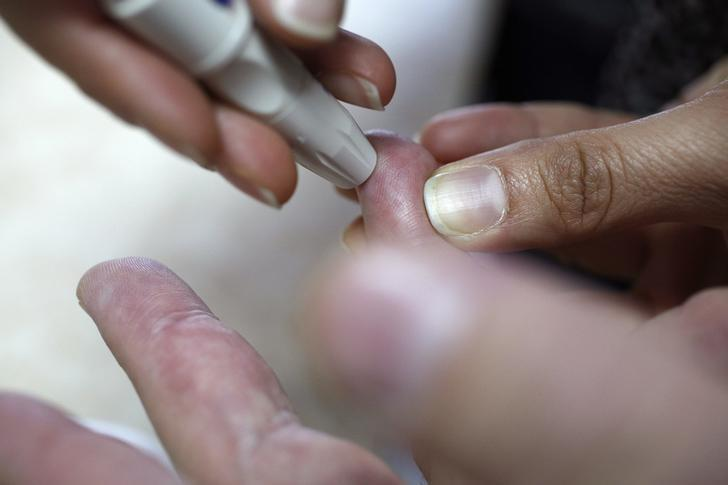 A patient takes a blood glucose test during an event aimed to help people with diabetes to cope with their illness at Saint Luka diagnostics medical center in Sofia, November 13, 2012.    REUTERS/Stoyan Nenov