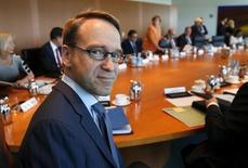 El presidente del Bundesbank, Jens Weidmann, ha advertido al Gobierno de Angela Merkel de que una salida de Grecia del euro abriría un agujero de miles de millones de euros en el presupuesto alemán, informó el domingo el diario alemán de negocios Handelsblatt citando fuentes gubernamentales. En la imagen, el presidente del Bundesbank, Jens Weidmann, asiste a una reunión semanal en la cancillería de Berlín, en una fotografía tomada el 1 de julio de 2015. REUTERS/Fabrizio Bensch