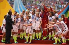 Seleção norte-americana recebe troféu da Copa do mundo de futebol feminino. REUTERS/USA TODAY Sports/Anne-Marie Sorvin