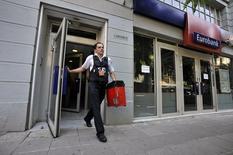 Un guardia de seguridad sale de un banco luego de ir a dejar dinero, en Salónica, Grecia, 6 de julio de 2015. El Gobierno de Grecia planea extender el cierre de los bancos al menos por unos días más, dijeron cuatro fuentes del sector antes de una reunión entre banqueros y el ministro de Finanzas más tarde el lunes. REUTERS/Alexandros Avramidis