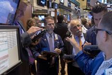 Operadores trabajando en la Bolsa de Nueva York, 2 de julio de 2015. Las acciones estadounidenses caían el miércoles, después de que los griegos rechazaron por abrumadora mayoría en un referendo las condiciones del rescate financiero ofrecido por sus acreedores, dejando en duda el futuro del país en la zona euro. REUTERS/Brendan McDermid