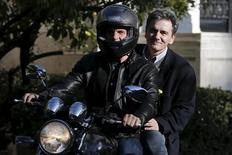 Euclid Tsakalotos, nomeado novo ministro das Finanças da Grécia, pega carona com Yanis Varoufakis (de capacete), que renunciou ao cargo nesta segunda-feira. 03/04/2015  REUTERS/Alkis Konstantinidis
