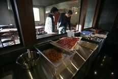 Hombres miran ingredientes en el restaurante de vanguardia boliviano Gustu en La Paz, foto de archivo tomada el 3 de abril de 2013. El restaurante Gustu espera esta semana invitar a un cliente especial y recibir el santo sello de aprobación para su nueva creación: una ostia de quínoa. REUTERS/David Mercado