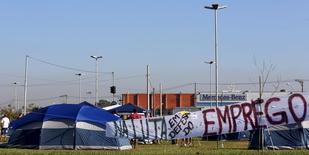 Trabalhadores acampados em defesa do emprego em São Bernardo dos Campos 9/6/2015  REUTERS/Paulo Whitaker