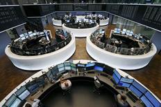 Les principales Bourses européennes ont ouvert en légère hausse mardi, l'attentisme prévalant parmi les investisseurs avant la réunion de l'Eurogroupe sur la Grèce à la mi-journée et le sommet des chefs d'Etat et de gouvernement de la zone euro en fin d'après-midi. Une quinzaine de minutes après le début des échanges, le Cac 40 avance de 0,15% et le Dax gagne 0,43%. /Photo prise le 6 juillet 2015/REUTERS/Ralph Orlowski