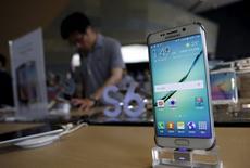 Samsung Electronics ofreció el martes una orientación de beneficios para el segundo trimestre por debajo de lo previsto, después de que una escasez de suministros afectara al lanzamiento de su último teléfono inteligente y la demanda tibia de sus mercados clave probablemente redujera las ventas. En la imagen, un cliente en una tienda en Seúl junto a un Galaxy 6 el 7 de julio de 2015. REUTERS/Kim Hong-Ji