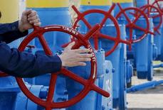 Вентили и трубы на газовой станции в Боярке, Украина 22 апреля 2015 года. Киев настаивает на необходимости подписания трехсторонних договоренностей с Европейским Союзом и Россией, чтобы обеспечить бесперебойный транзит газа в будущем отопительном сезоне. REUTERS/Gleb Garanich
