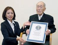 Sakari Momoi recebendo certificado do Guinness World Records, em Tóquio.  20/08/2014  REUTERS/Kyodo