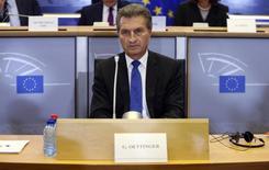 El comisario alemán de la Unión Europea, Günther Oettinger, durante una sesión en Bruselas, 29 de julio de 2014. La Unión Europea quiere ayudar a Grecia y una postura negociadora unificada de Atenas debería asegurar que la cumbre de la zona euro el martes consiga más avances que la última ronda de conversaciones, dijo el comisario alemán de la UE Günther Oettinger. REUTERS/Francois Lenoir
