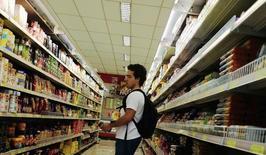 Un cliente mira el estante de comida en un supermercado en Sao Paulo, 10 de enero de 2014. La inflación de Brasil medida por el índice de precios IGP-DI se aceleró a un 0,68 por ciento en junio, informó el martes el grupo privado Fundación Getulio Vargas. REUTERS/Nacho Doce
