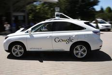 El automóvil inteligente de Google, conduce por un estacionamiento en Mountain View, California, 13 de mayo de 2014. Google Inc comenzó a probar sus automóviles inteligentes en Austin, Texas, extendiendo sus esfuerzos para recopilar información sobre cómo los prototipos interactúan con el tráfico, las condiciones de ruta y la gente, dijo el martes la compañía de Internet. REUTERS/Stephen Lam