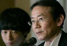 "Japanese film director Masayuki Suo speaks next to Ryo Kase, lead actor of his latest movie ""I Just Didn't Do It"", during a news conference at the Foreign Correspondents' Club of Japan in Tokyo February 1, 2007.   REUTERS/Yuriko Nakao"